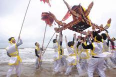 Thót tim cảnh trai tráng tung hứng, xoay tròn kiệu nặng 3 tạ ở Nghệ An