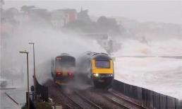 Tuyến đường sắt nguy hiểm nhất thế giới, hành khách trên tàu phải đóng cửa sổ nếu không muốn bị 'chết đuối'