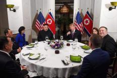 Tổng thống Donald Trump và nhà lãnh đạo Kim Jong Un vui vẻ dùng bữa tối