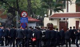 Dàn cận vệ lập rào chắn bảo vệ ông Kim Jong Un tại Hà Nội