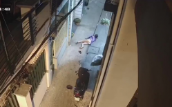 Chủ quan không đóng cốp xe, cô gái trẻ vừa mất của vừa bị đạp ngã ngay trước cửa nhà