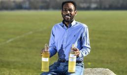 Người đàn ông Anh uống nước tiểu chính mình mỗi ngày để cảm thấy thông minh và hạnh phúc hơn