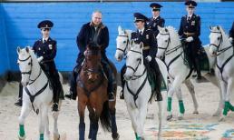 """Tổng thống Putin cưỡi ngựa cùng các """"bông hồng thép"""" nước Nga nhân dịp 8/3"""
