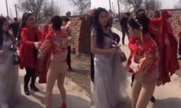 Giữa thanh thiên bạch nhật, cô dâu bị đám khách nam trên đùa lột váy, suýt 'lộ hàng'