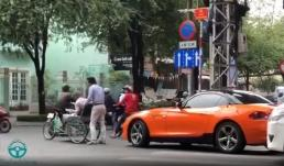 'Soái ca BMW' bỏ xe giữa phố để giúp cụ già sang đường được nhiều người khen ngợi
