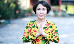 Việt Hương lạ lẫm trong mái tóc ngắn đi hành hương đầu năm