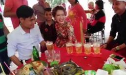 Cô dâu chú rể uống liên tục 7 cốc bia để nhận tiền mừng cưới