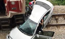 Tàu hỏa đâm ngang ô tô, kéo lê gần trăm mét khiến 5 người thương vong