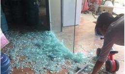 Đùa nghịch với cửa kính thuỷ lực, bé trai bị hàng trăm mảnh vỡ đổ ập xuống người
