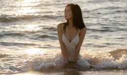 Jun Vũ khoe vòng một lấp ló trên bờ biển phủ hoàng hôn