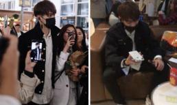 'Phó Hằng' Hứa Khải khổ sở, mặt méo xệch tại sân bay khi bị fan giẫm nát điện thoại, ép chụp ảnh chung