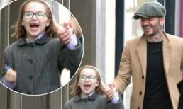 Harper đeo kính như trí thức, lộ răng sún khi cười thả ga bên bố David Beckham