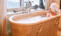Vừ khiến fan 'xịt máu' vì khoe mông táo bạo, Phạm Hương tiếp tục khoe thân trong bồn tắm thư thái