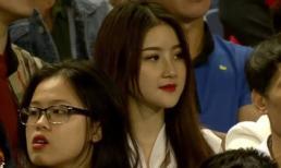 Xuất hiện thoáng qua trong trận U23 Việt Nam - U23 Thái Lan, cô gái khiến dân mạng không ngừng truy tìm
