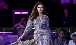 Minh Tú khoác trang phục họa tiết da beo, tự tin sải bước sàn catwalk