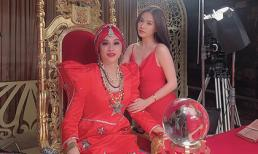 Hoàng Thuỳ Linh thích thú đăng ảnh bên danh hài Hoài Linh giả gái cực xinh