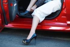 Phụ nữ lái xe ôtô và ẩn họa từ giày cao, váy ngắn, mất tập trung