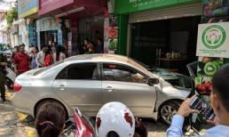 Hà Nội: Thêm một người phụ nữ lái ô tô đâm thẳng cửa hàng bán hoa quả
