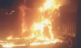 Xe tải đâm nhau bốc cháy ngùn ngụt, 2 người chết cháy trong cabin