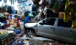 Tài xế Trung Quốc lao xe bán tải tông sập tiệm tạp hóa ở Bình Dương, 3 người trọng thương
