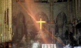 Hình ảnh kỳ diệu sau đám cháy Nhà thờ Đức Bà Paris: Cây thánh giá bằng vàng vẫn còn nguyên vẹn, phát sáng giữa đống tro tàn đen tối