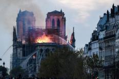 Bình luận Nhà thờ Đức bà cháy trơ khung, Tổng thống Pháp 'thề' xây lại lập tức
