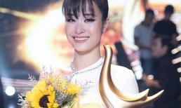 Clip Đông Nhi nghẹn ngào gọi điện cho bố 'khoe' giải thưởng Ca sĩ của năm