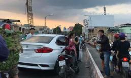 Bỏ ô tô giữa cầu, tài xế bước xuống đánh cặp đôi đi xe máy khiến dân mạng bất bình