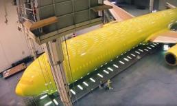 Tận mắt công đoạn phức tạp để sơn mới một chiếc Boeing 777