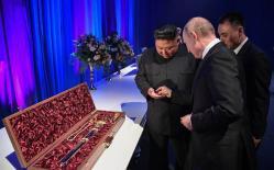 Chủ tịch Kim Jong-un tặng thanh kiếm quý cho Tổng thống Putin
