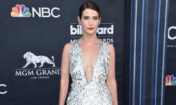 """Nữ diễn viên """"Avengers"""" diện đầm xẻ ngực của NTK Công Trí dự Billboard Music Awards 2019"""