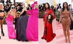 """Lady Gaga """"lột đồ"""" ấn tượng; bạn trai tin đồn của Angelina Jolie cầm theo đầu nhân bản trên thảm đỏ Met Gala"""