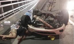 Mazda lật ngửa trên cầu Nhật Tân sau cú tông xe bồn, nữ tài xế văng ra ngoài nguy kịch