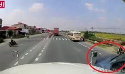 Xe máy sang đường kiểu tự sát, đẩy container vào tình thế chết người