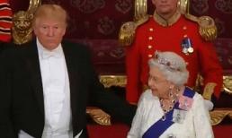 Tổng thống Trump phá vỡ nghi thức Hoàng gia khi gặp Nữ hoàng Anh