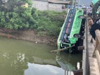 Thanh Hóa: Xe khách lao xuống sông, nhiều người chết và bị thương