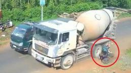 Nhập làn không quan sát, nữ tài xế xe máy suýt chết dưới bánh 'hung thần' xe bồn