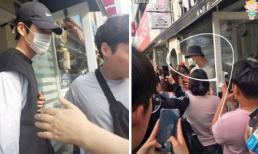"""Kim Woo Bin và Jo In Sung bị vây kín khi đi """"hẹn hò"""" cùng nhau"""