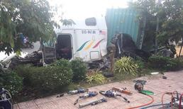 Xe container mất lái tông ô tô 4 chỗ bẹp dúm, 3 người tử vong
