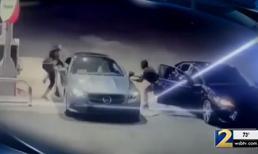 Nữ hiệp phản xạ nhanh như chớp khiến kẻ định trộm xe Mercedes phải bỏ chạy