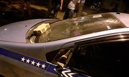 Xô xát với tài xế taxi, du khách cầm gạch ném vào vỡ kính xe giữa phố Hà Nội