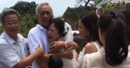 Khoảnh khắc cha già gạt nước mắt, tiễn con gái về nhà chồng khiến nhiều người xúc động