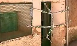 Hai con giết mẹ già rồi đổ bê tông chôn xác trong tường gây rúng động
