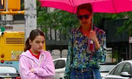 Katie Holmes và con gái bình thản lộ diện sau tin đồn Suri không phải là con ruột của Tom Cruise