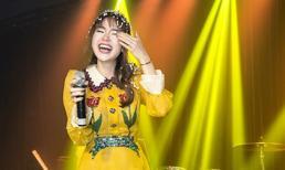 """Minh Hằng bật khóc nức nở vì được fan """"đột kích"""" tổ chức sinh nhật bất ngờ"""