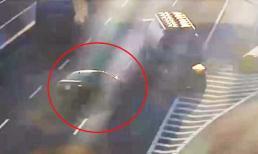 Đứng tim cảnh xe bồn chở xăng đánh lái tránh xe con đi lùi trên cao tốc