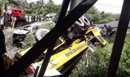 2 ô tô rơi khỏi cầu sau va chạm khủng khiếp, 5 người thương vong