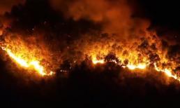 Cháy rừng lớn nhất Hà Tĩnh, núi Hồng Lĩnh rực lửa nhìn từ flycam