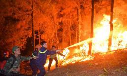 CSGT phong toả quốc lộ 1A để tập trung dập lửa ở núi Hồng Lĩnh