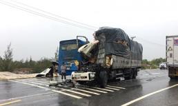 Xe tải bay đầu sau cú tông xe khách, nhiều hành khách nhập viện